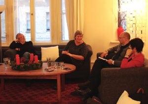 Dr. Lutz Kirchenwitz (4.v.r.) und Katrin Rohnstock (3.v.r.) zusammen mit Dr. Edith Spielhagen (1.v.r) und dem Dolmetscher Pavel Belski (2.v.r.) im Erzählsalon.