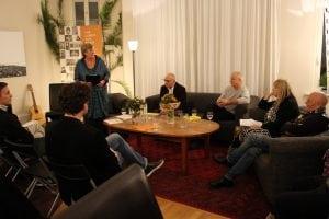Katrin Rohnstock (3.v.l.) begrüßt die drei Erzähler und die Autorin Lucette Ackermann.