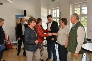 Roland Sängerlaub sowie Ingrid und Karl-Heinz Radochla nehmen die für den ersten Preis symbolischen Tischkarten entgegen. Foto: Detlef A. Hecht