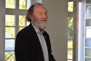 """Prof. Rolf Kuhn lobte die Initiativen, die durch die Erzählsalons entstanden sind. Solche """"Bündnisse zum """"in die Hand nehmen"""" brauche die Lausitz auf dem Weg eine stark veränderte Zukunft. Foto: Detlef A. Hecht"""