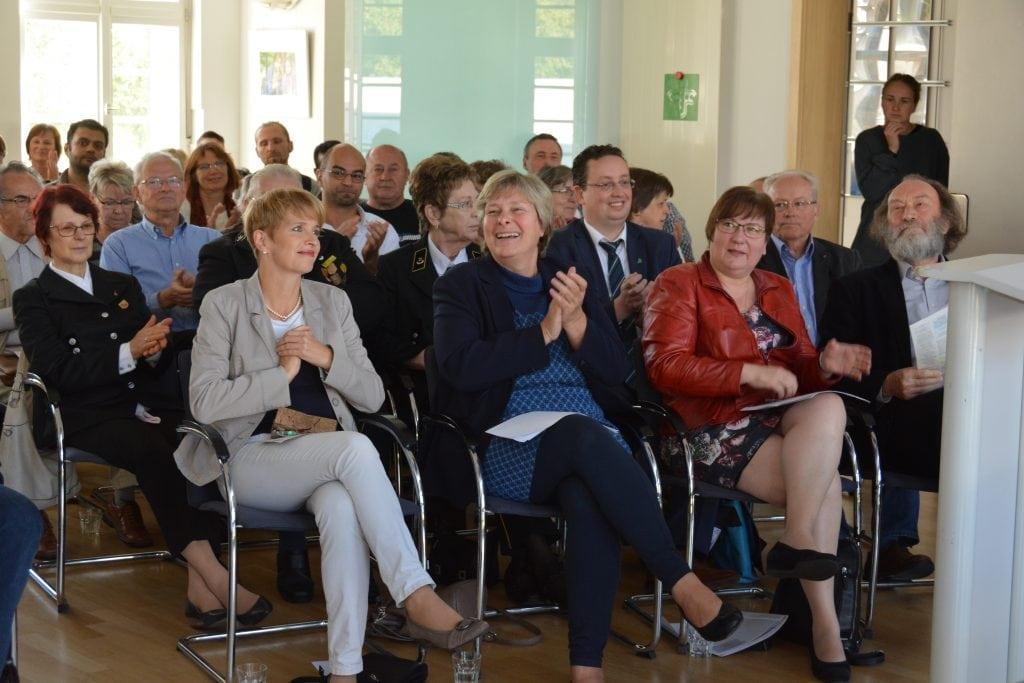 Nach zwölf Monaten Lausitz-Projekt fanden sich Lausitzerinnen und Lausitzer zum Feiern in Großräschen ein. In der ersten Reihe nahmen Dr. Martina Münch, Katrin Rohnstock, Iris Gleicke und Prof. Rolf Kuhn Platz. Fotos: Detlef A. Hecht