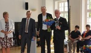 Ausgezeichneter Dritter: Jörg Hertel (rechts) vom Traditionsverein Lauchhammer nimmt den Pokal stellvertretend für seinen Ort in Empfang, neben ihm Gratulant Jens Bröker (indeland-Geschäftsführer)