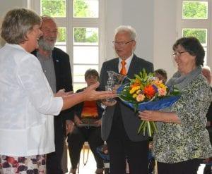 Lachende Sieger: Projektleiterin Katrin Rohnstock gratuliert dem Plessaer Ehepaar Wolfgang und Christine Alkier, stellvertretend für dessen Ort
