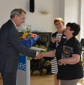 """Blumen vom Staatssekretär: Hendrik Fischer beglückwünscht Carola Meißner aus Plessa zum 3. Platz """"Einzelgeschichten"""""""