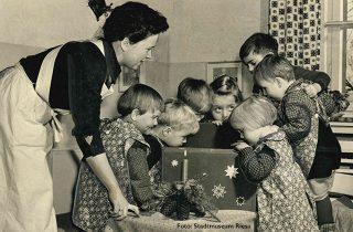 Kinder in Riesa feiern Weihnachten.